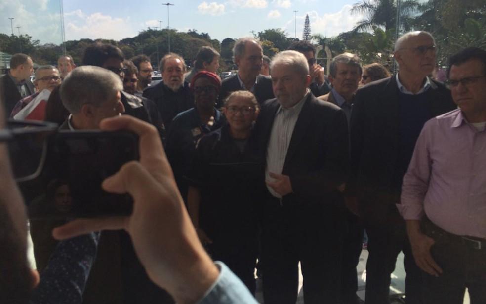 Ex-presidente Lula chegou em comitiva com vereador Eduardo Suplicy, ex-ministros Celso Amorim e Aloizio Mercadante, do escritor Fernando Morais e do ex-prefeito de São Paulo Fernando Haddad (Foto: Tahiane Stochero)