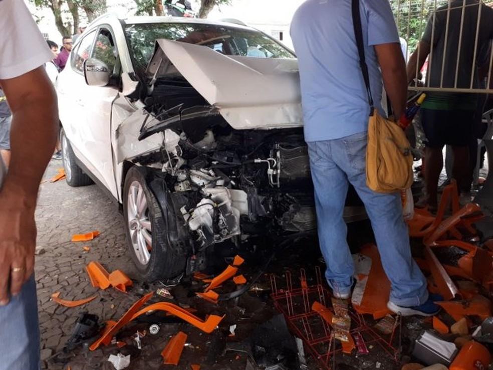 Carro destruiu cadeiras em área de lanchonete (Foto: Ed Santos/Acorda Cidade)