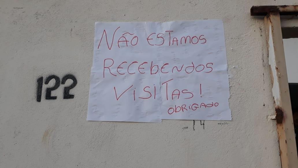 Mulher cola aviso na porta de casa para proteger o marido no Piauí: 'Não estamos recebendo visitas'