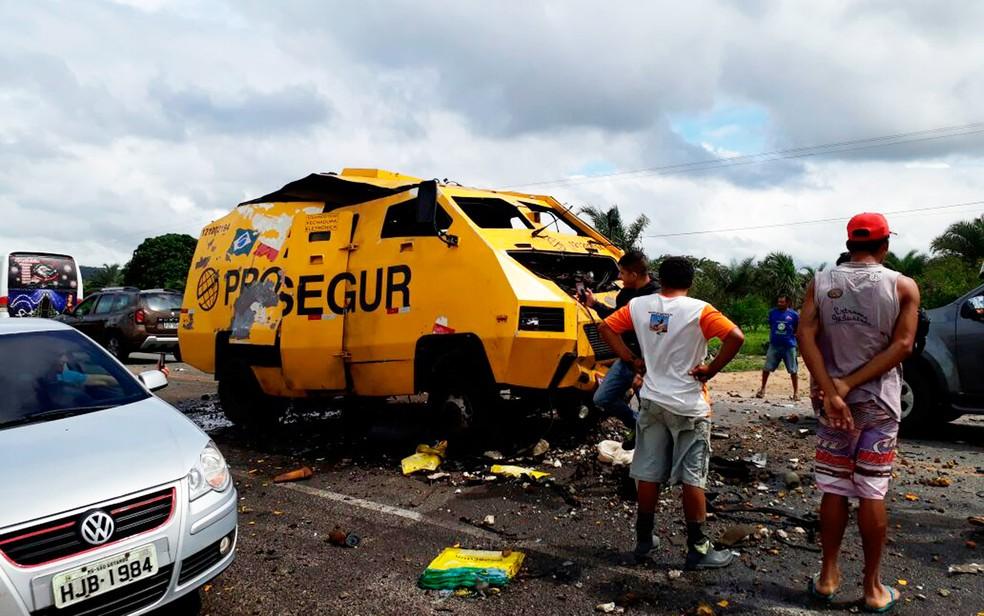 Carro-forte foi explodido na manhã desta quinta-feira (Foto: Polícia Militar/Divulgação)