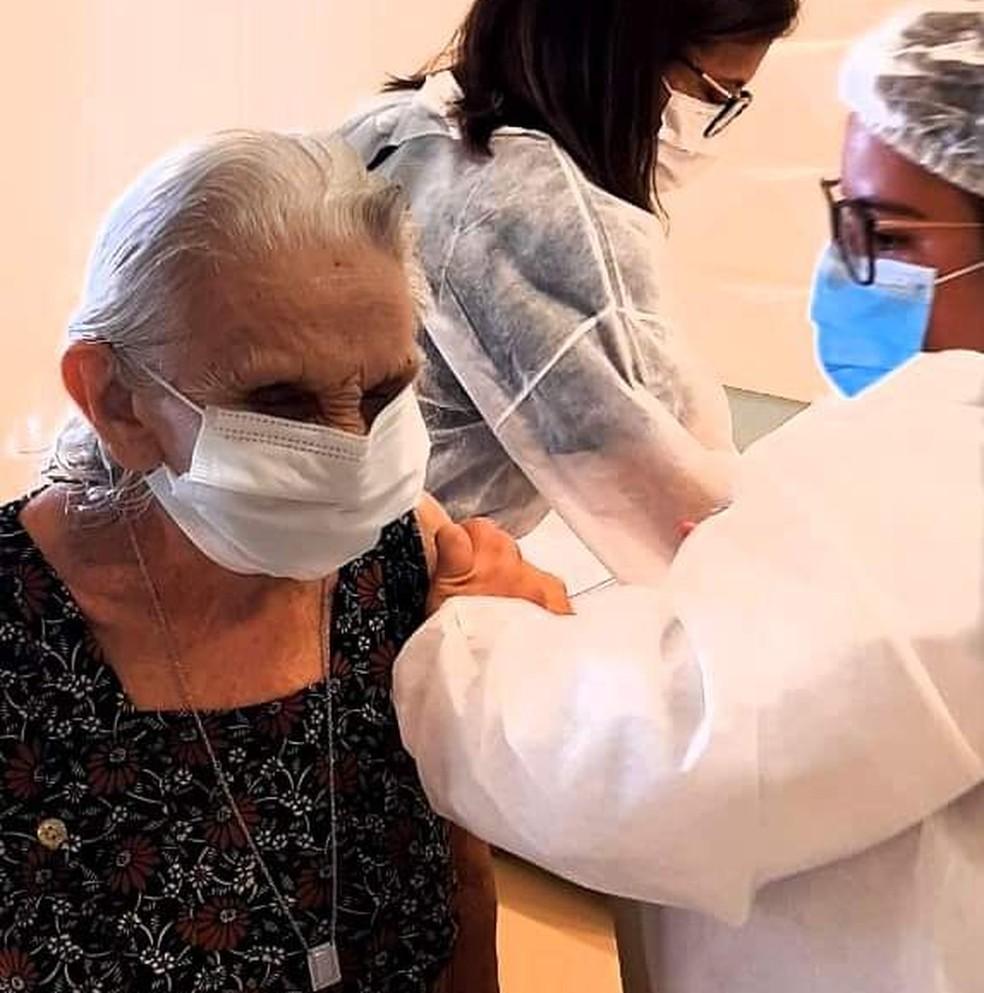 Idosa sendo vacinada contra a Covid-19 em Natal moradora de abrigo, instituição de longa permanência — Foto: Célia Costa
