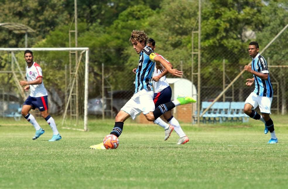 Victor Bobsin e Diego Rosa formaram meio-campo em amistoso — Foto: Rodrigo Fatturi/Grêmio