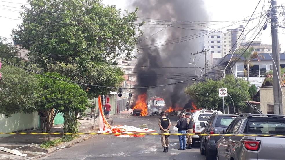 Aeronave de pequeno porte caiu no bairro Caiçara, em BH — Foto: Herbert Cabral/TV Globo