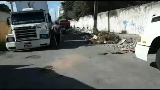 Caminhoneiros denunciam que estão parados em frente a empresa em Maceió sem poder descarregar