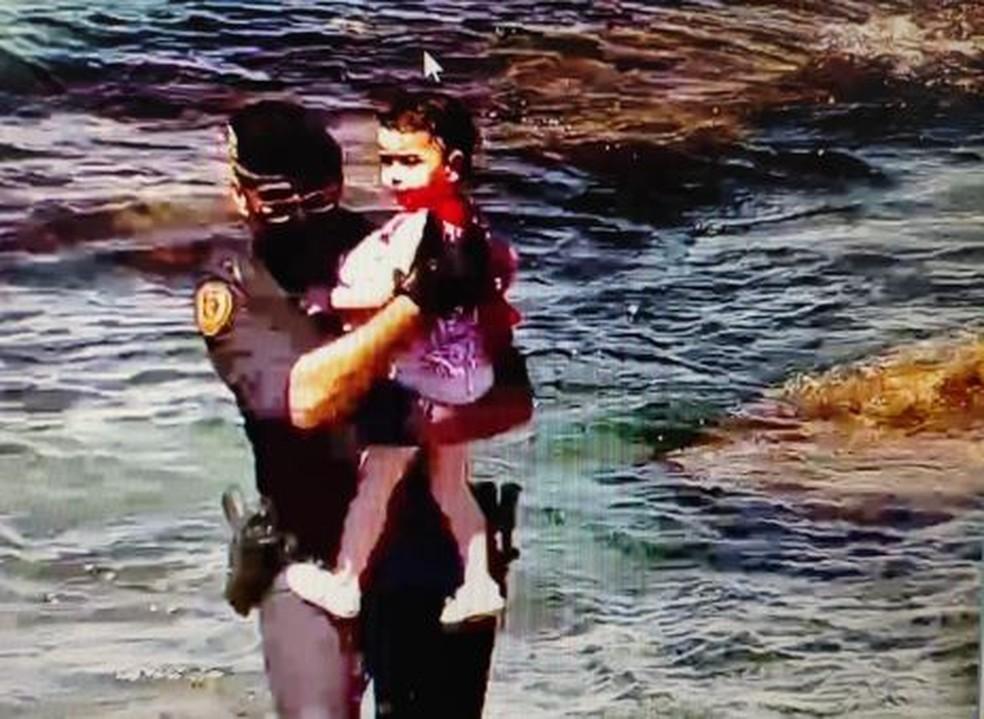 Criança é resgatada em praia de Ceuta, território espanhol na África, nesta terça-feira (18) — Foto: Guarda Civil/Reprodução