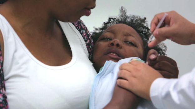 As crianças temem mais a chegada da agulha do que a própria dor (Foto: VR Vaccine via BBC News Brasil)