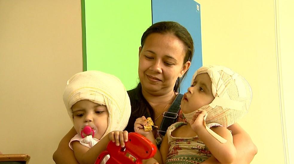 Débora Freitas com as filhas Maria Ysabelle e Maria Ysadora em Ribeirão Preto — Foto: Cláudio Oliveira/EPTV
