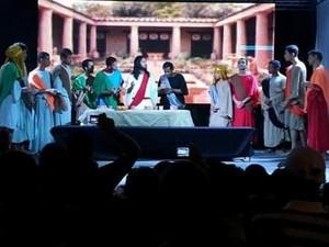 Público assiste a espetáculo encenado no Benedito Bentes (Foto: Arquivo /Paulo Nemézio)