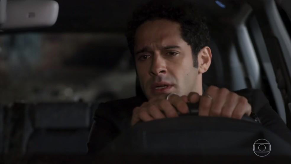 Beto (João Baldasserini) pede a Tonho para investir nas buscas por Apolo (Malvino Salvador) - 'Haja Coração' — Foto: Globo