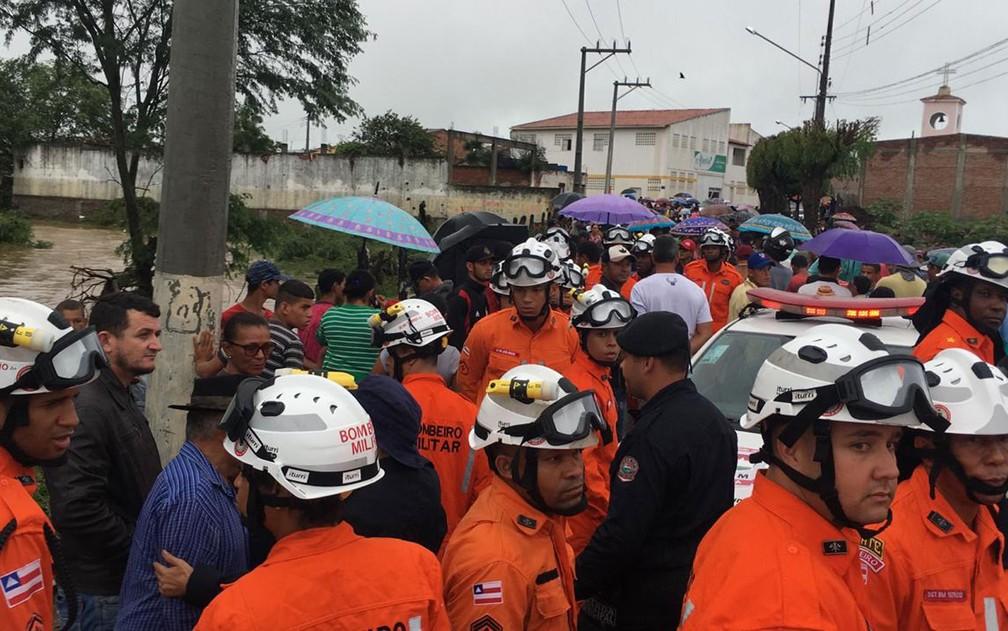 Corpo de Bombeiros em Coronel João Sá na manhã desta sexta-feira (12) — Foto: Alan Tiago/G1