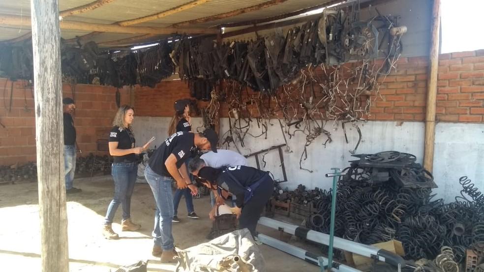 Policiais fazem vistoria em um dos locais que forma alvo da operação — Foto: Polícia Civil/Divulgação