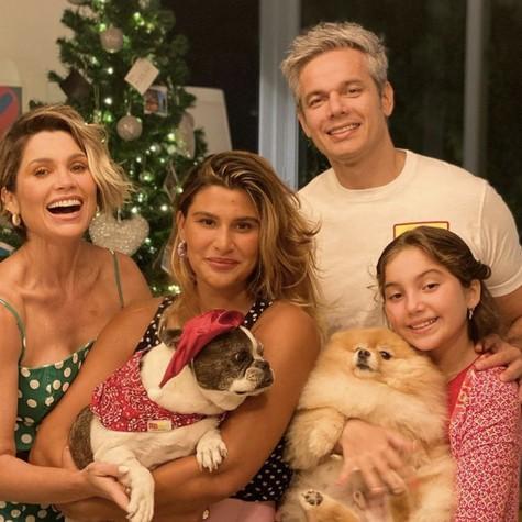 Giulia Costa com a mãe, Flavia Alessandra, o padrasto, Otaviano Costa, e irmã caçula, Olivia (Foto: Reprodução)