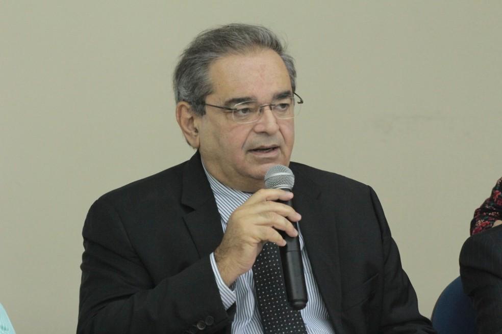 Prefeito Álvaro Dias reuniu imprensa para anunciar as medidas de redução de gastos no Município de Natal — Foto: Alex Régis