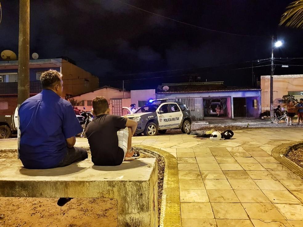 Cenas como essa, de pessoas contemplando corpos de vítimas da violência, são cada vez mais comuns no RN (Foto: Ney Douglas)