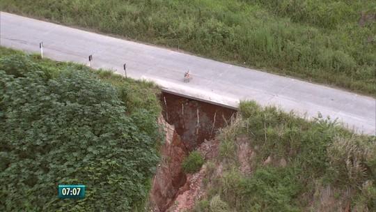 Buraco se abre em barreira que sustenta rodovia estadual