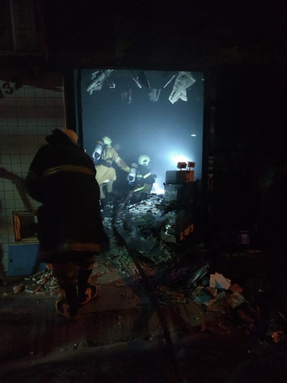 Incêndio atinge gráfica em Tabuleiro do Norte e bombeiros usam 3 mil litros de água para combater as chamas. — Foto: Corpo de Bombeiros/Divulgação