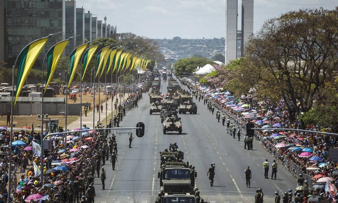 Blindados do exército nas ruas de Brasília
