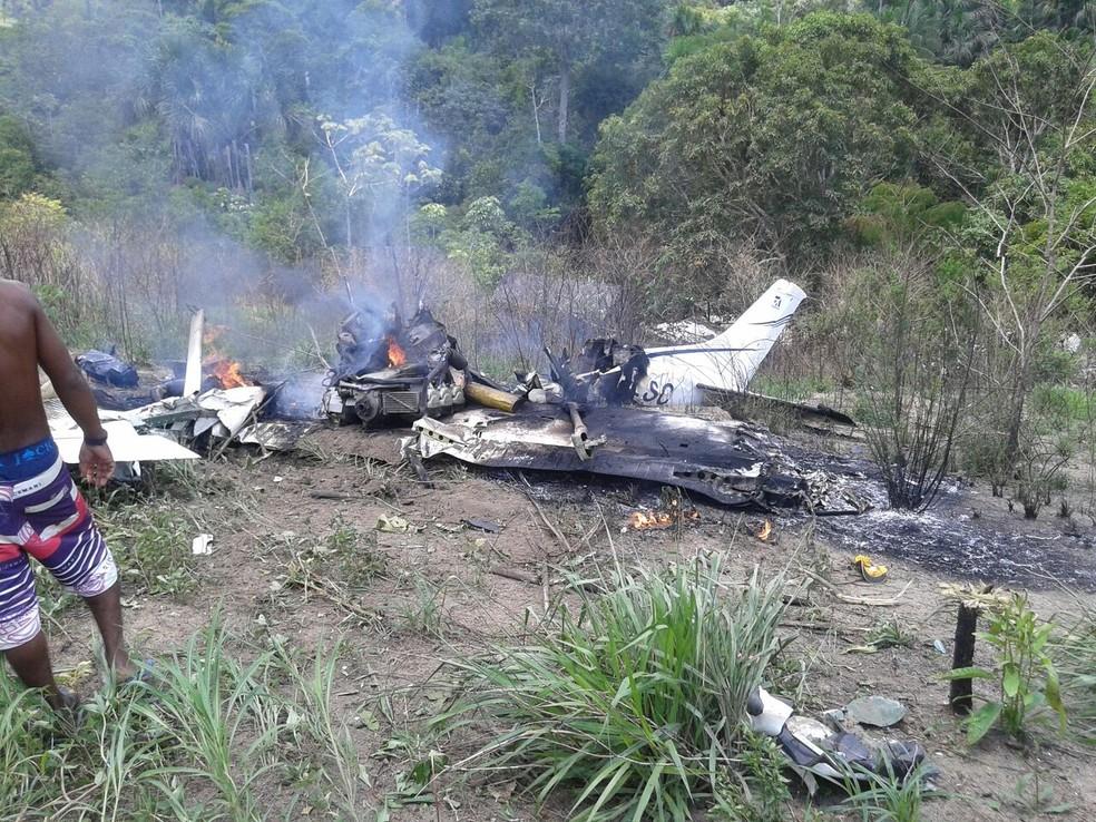 Avião cai e piloto morre na hora (Foto: Reprodução TV Liberal)