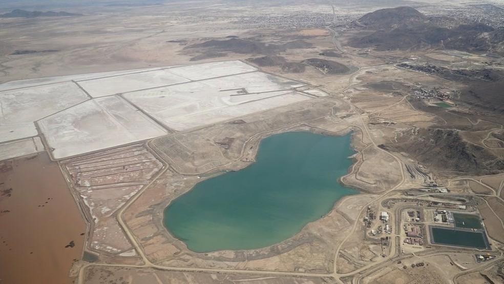 Mina localizada a menos de 5km do centro de Oruro continua a poluir, embora não esteja mais ativa (Foto: BBC)