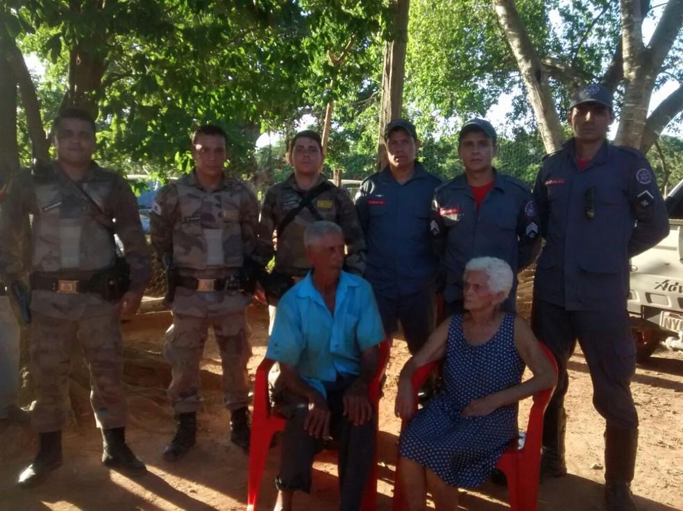 Bombeiros, militares, cães farejadores e moradores da comunidade ajudaram nas buscas (Foto: Corpo de Bombeiros/Divulgação)