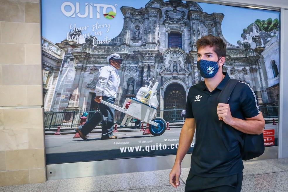 Lucas Silva na chegada da delegação gremista em Quito, no Equador — Foto: Lucas Uebel/Divulgação do Grêmio