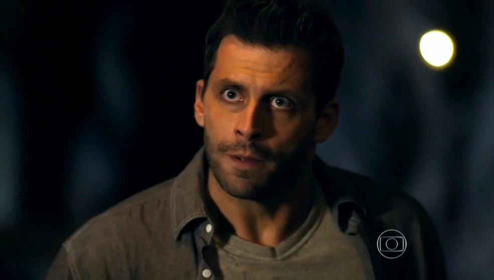 Cassiano (Henri Castelli) avisa a Duque (Jean Pierre Noher) que vai cavar em uma parte perigosa da mina - 'Flor do Caribe' — Foto: Globo