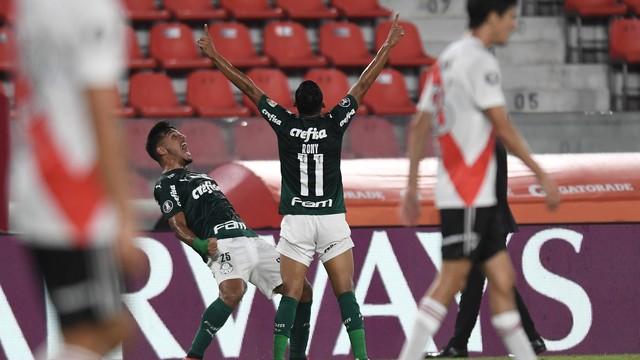 Rony e Gabriel Menino comemoram gol
