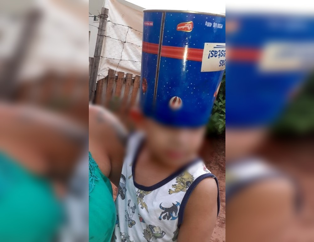 Menino de 3 anos fica com lata de panetone entalada na cabeça em Ibitinga