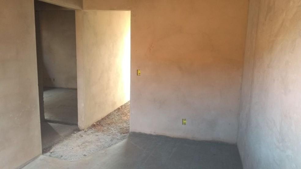 Criança foi encontrada nos fundos de casa em construção em Ibitinga (Foto: Cesar Evaristo / TV TEM )