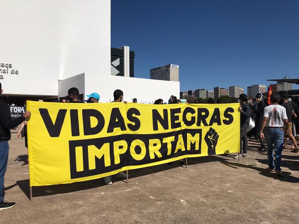 Manifestantes fazem ato contra Bolsonaro e contra o racismo, na Esplanada, em Brasília, neste domingo (7) — Foto: Afonso Ferreira/G1