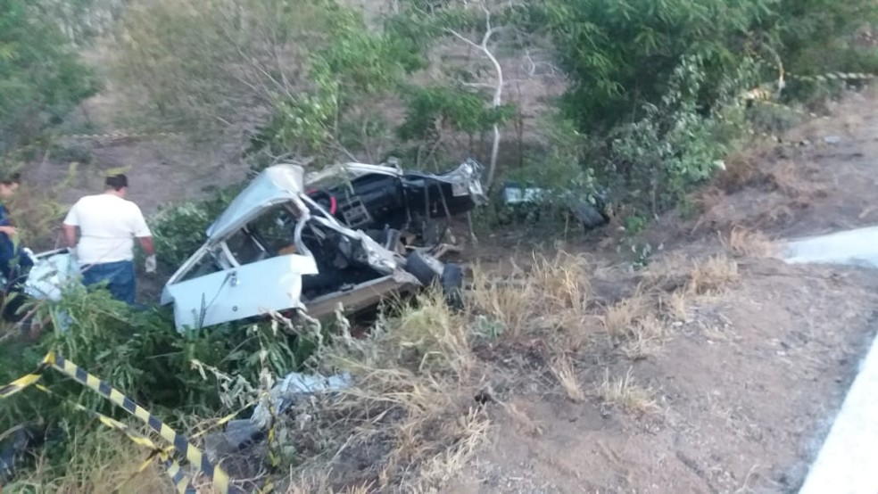 Carro em que as vítimas estavam ficou destruído após a colisão na BR-104, em Taquaritinga do Norte — Foto: PRF/Divulgação