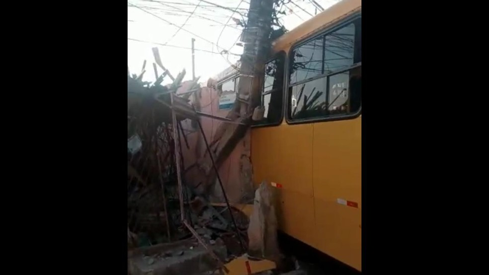 Parte da estrutura da residência o bairro de Artur Lundgren, em Paulista, ficou comprometida devido à colisão de ônibus na manhã desta sexta-feira (10) — Foto: Reprodução/WhatsApp