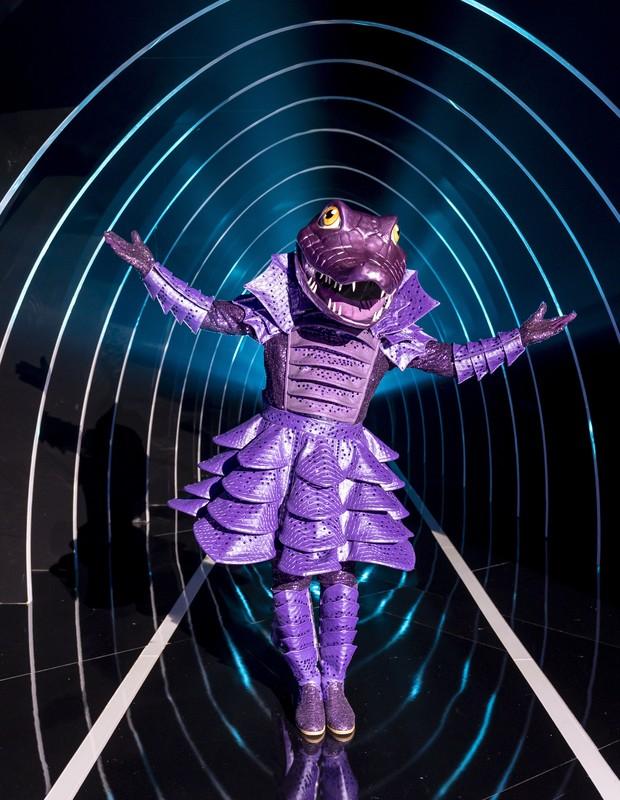 Participante do The Masked Singer Brasil com fantasia de jacaré (Foto: Kelly Fuzaro/TV Globo)