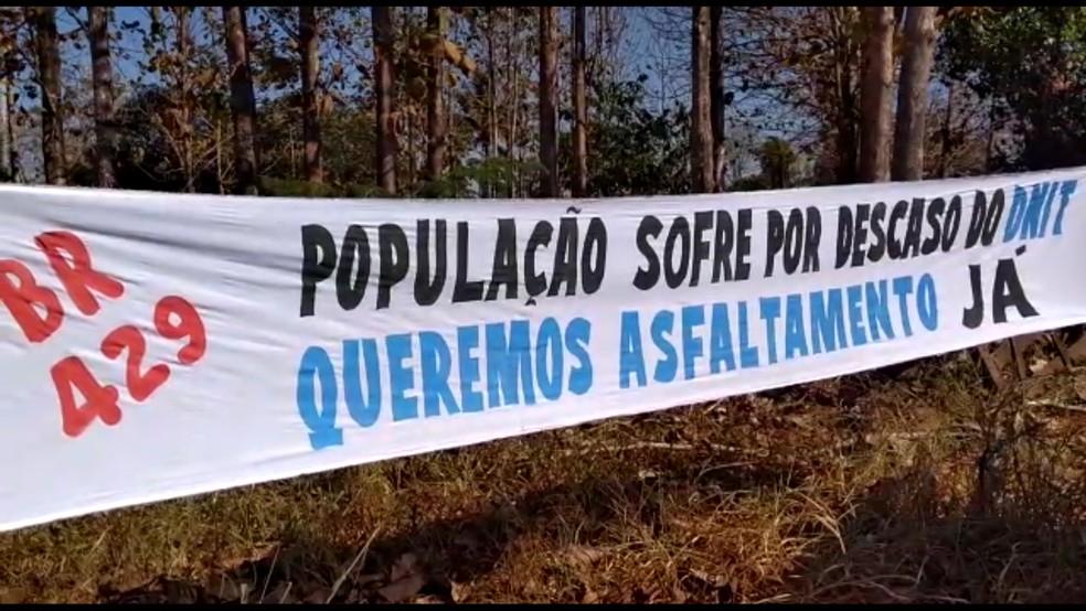 Moradores colocaram faixa para trancar rodovia (Foto: Nilson Antônio Luiz Junior/Arquivo Pessoal)