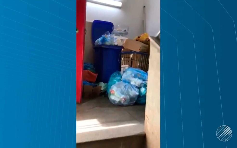 Lixo toma parte das escadas do prédio onde funciona a Junta Médica do Estado da Bahia, em Salvador (Foto: Reprodução/TV Bahia)