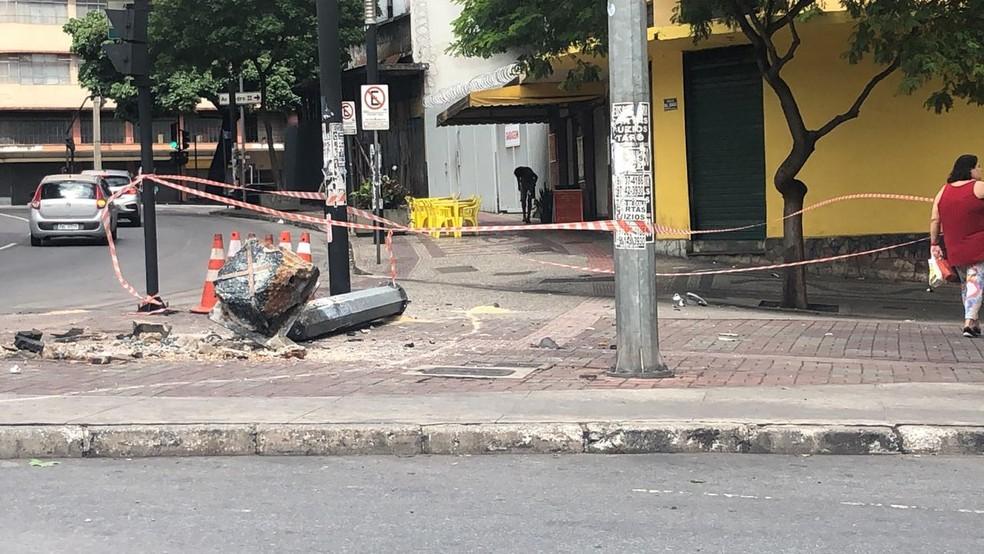 Poste caiu sobre o passeio, e local foi isolado — Foto: Gabriele Lanza/TV Globo