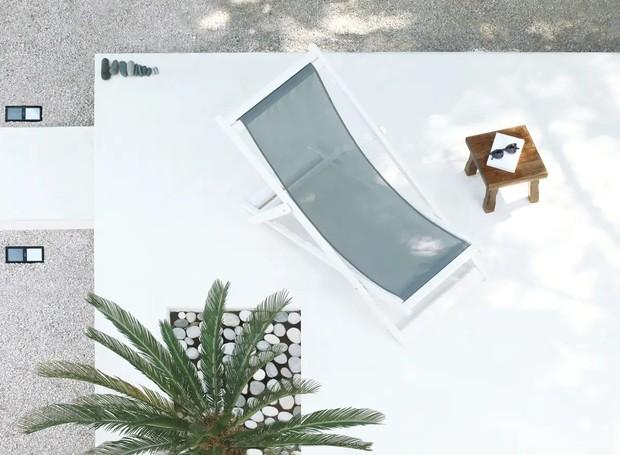 O terraço espaçoso conta com várias áreas de decanso (Foto: Apartment Therapy/ Reprodução)