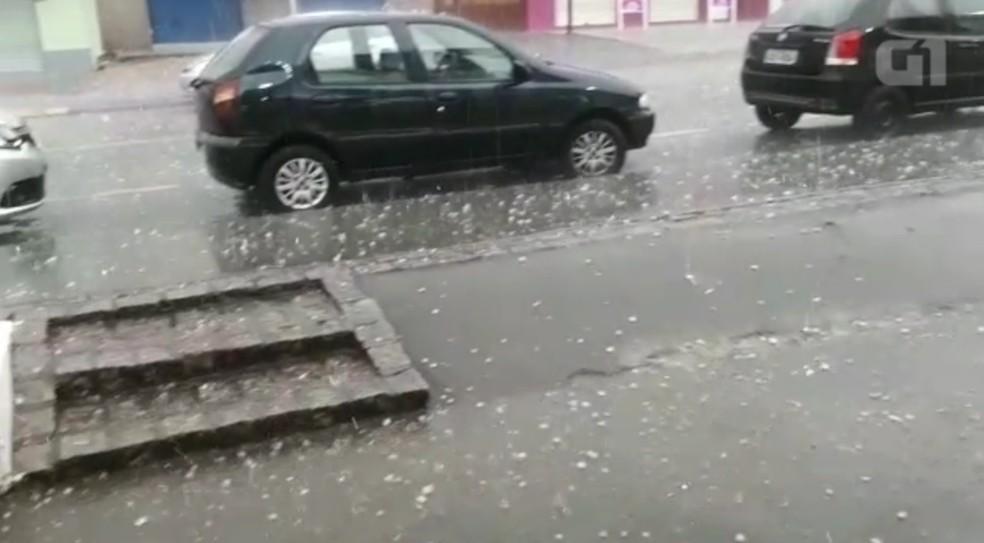 Após altas temperaturas, chove granizo em Curitiba (Foto: Reprodução)
