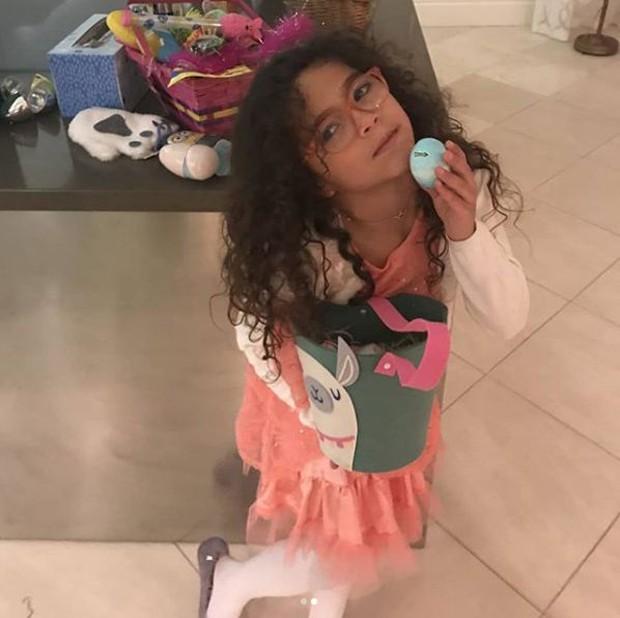 Monroe, filha de Mariah Carey brincando na Páscoa (Foto: Reprodução/Instagram)