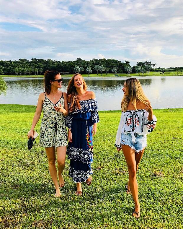 Marina Ruy Barbosa (centro) e amigas (Foto: Reprodução/Instagram)