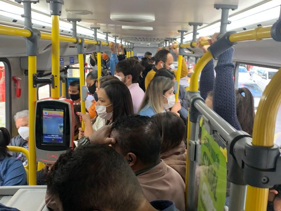 Ônibus da linha 2151 lotado na manhã dessa terça-feira (31) — Foto: Arquivo Pessoal