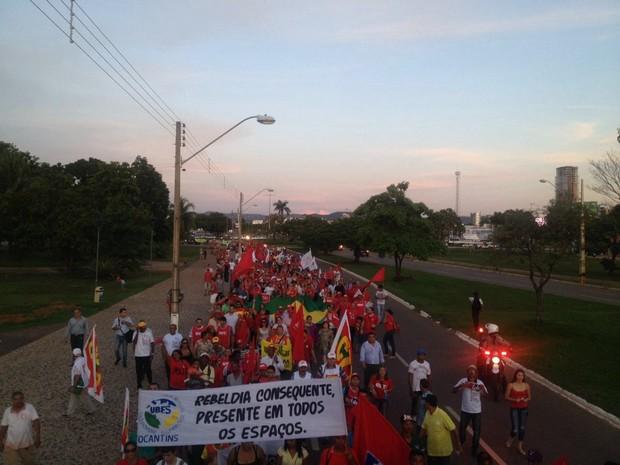 Manifestantes contornam a Praça dos Girassóis, no centro de Palmas (Foto: Eurílio Silva/G1)