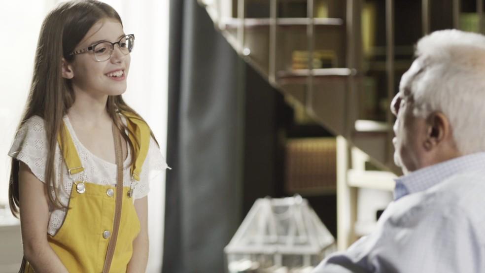 Sofia (Valentina Vieira) diz que gostaria de ver o vô com Paloma (Grazi Massafera) — Foto: TV Globo