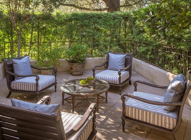 Os arbustos garantem privacidade à varanda (Foto: Berkshire Hathaway HomeServices/ Reprodução)