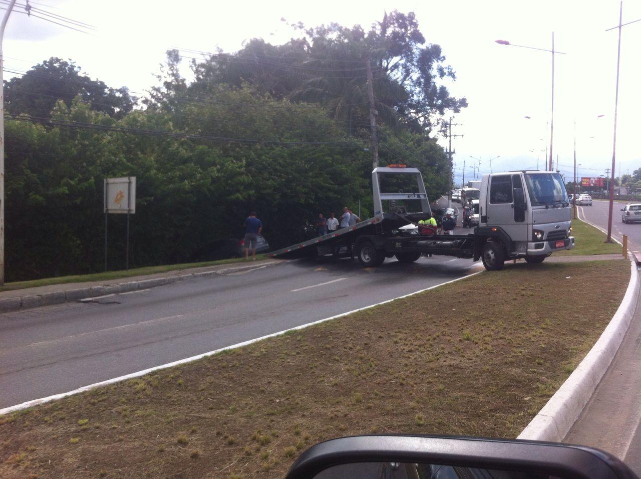 Carro sai da pista e congestiona trânsito em Resende, no Sul do Rio