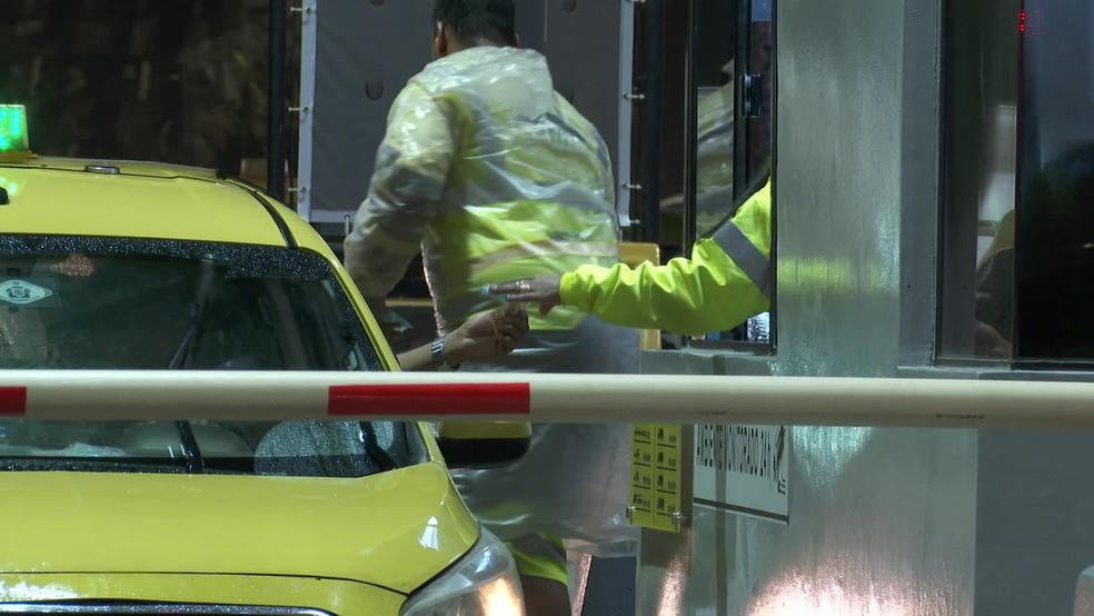 Os motoristas que circulam pela Linha Amarela voltaram a pagar pedágio, no valor de R$ 7,50, na noite desta quarta-feira (6) — Foto: Reprodução TV Globo