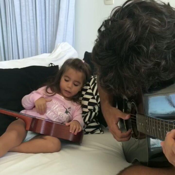 Maria Flor e papai em jam session (Foto: Reprodução/Instagram)