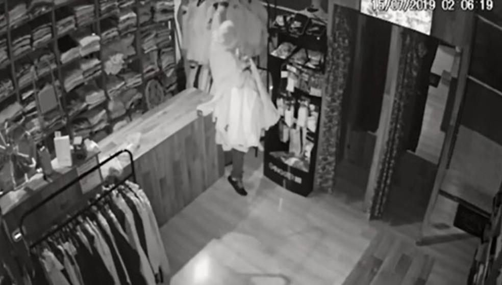 Suspeito furtou 15 peças de roupas de loja de Maringá — Foto: Reprodução/RPC