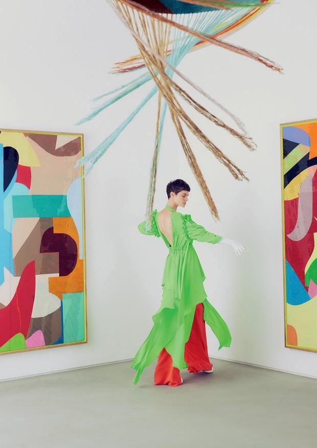 Na casa triângulo, em meio a obras do artista Eli Sudbrack, Michi Czastka usa vestido, R$ 1.117, Morena Rosa; calça, R$ 8.300, Emilio Pucci. Sapatos, R$ 3.890, Gucci (Foto: Hick Duarte)