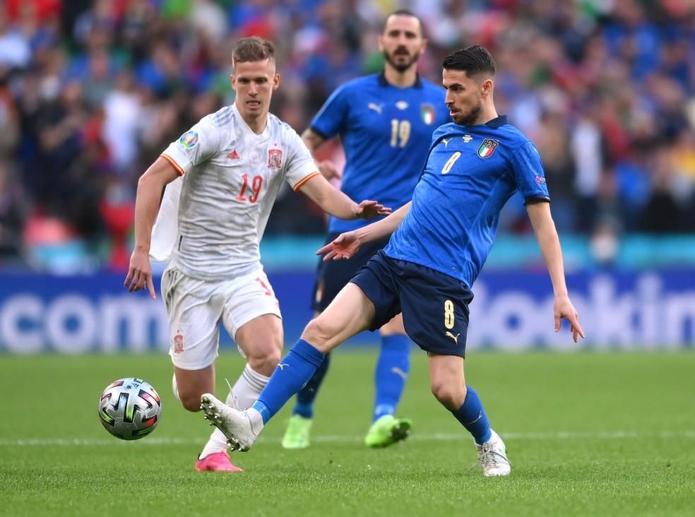 Olmo em ação contra a Itália, marcado por Jorginho — Foto: Laurence Griffiths/Reuters